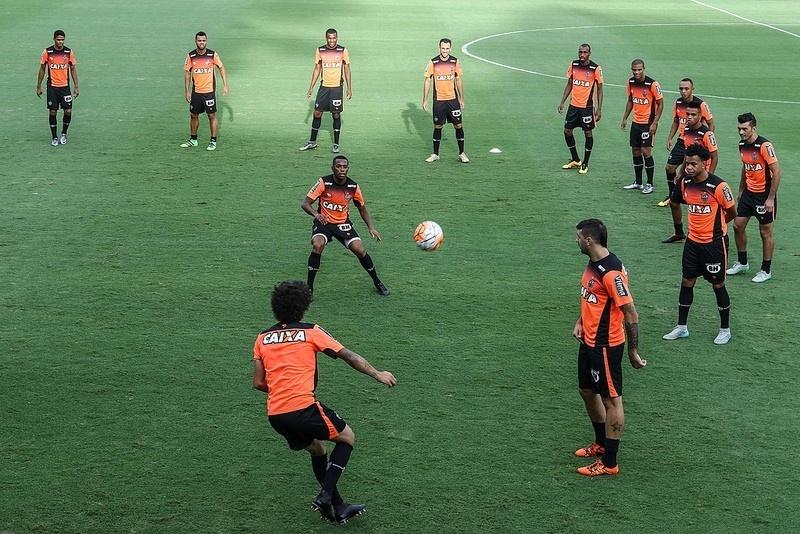 Na véspera da estreia pelo Atlético-MG, Robinho é o centro das atenções na Cidade do Galo