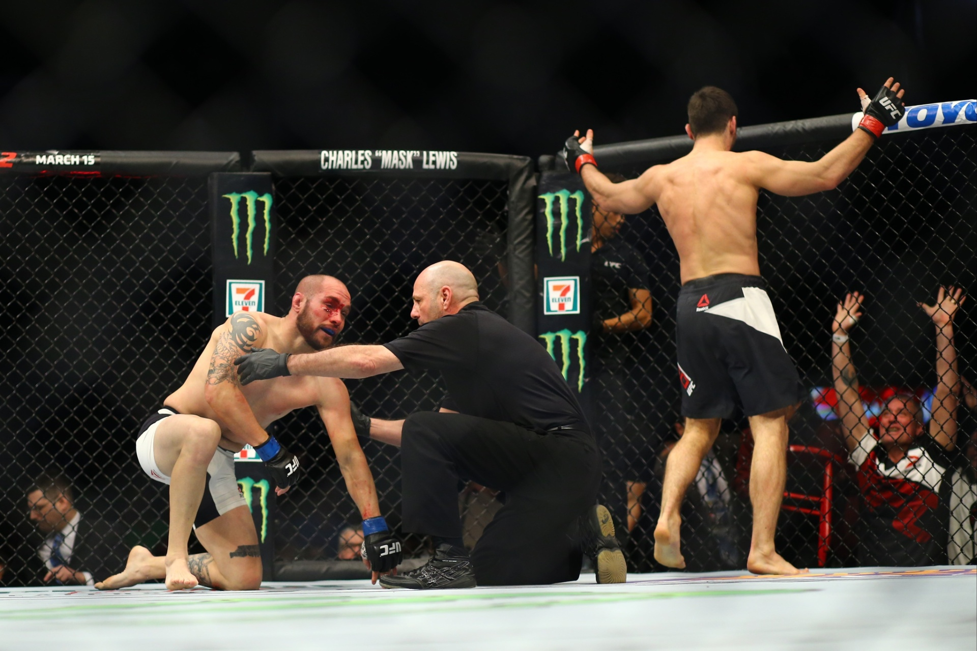Justin Salas é ajudado pelo árbitro depois de ser nocauteado por Jason Saggo no UFC 196