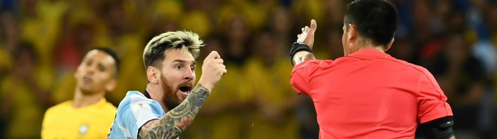 Lionel Messi reclama com o árbitro Julio Bascunan