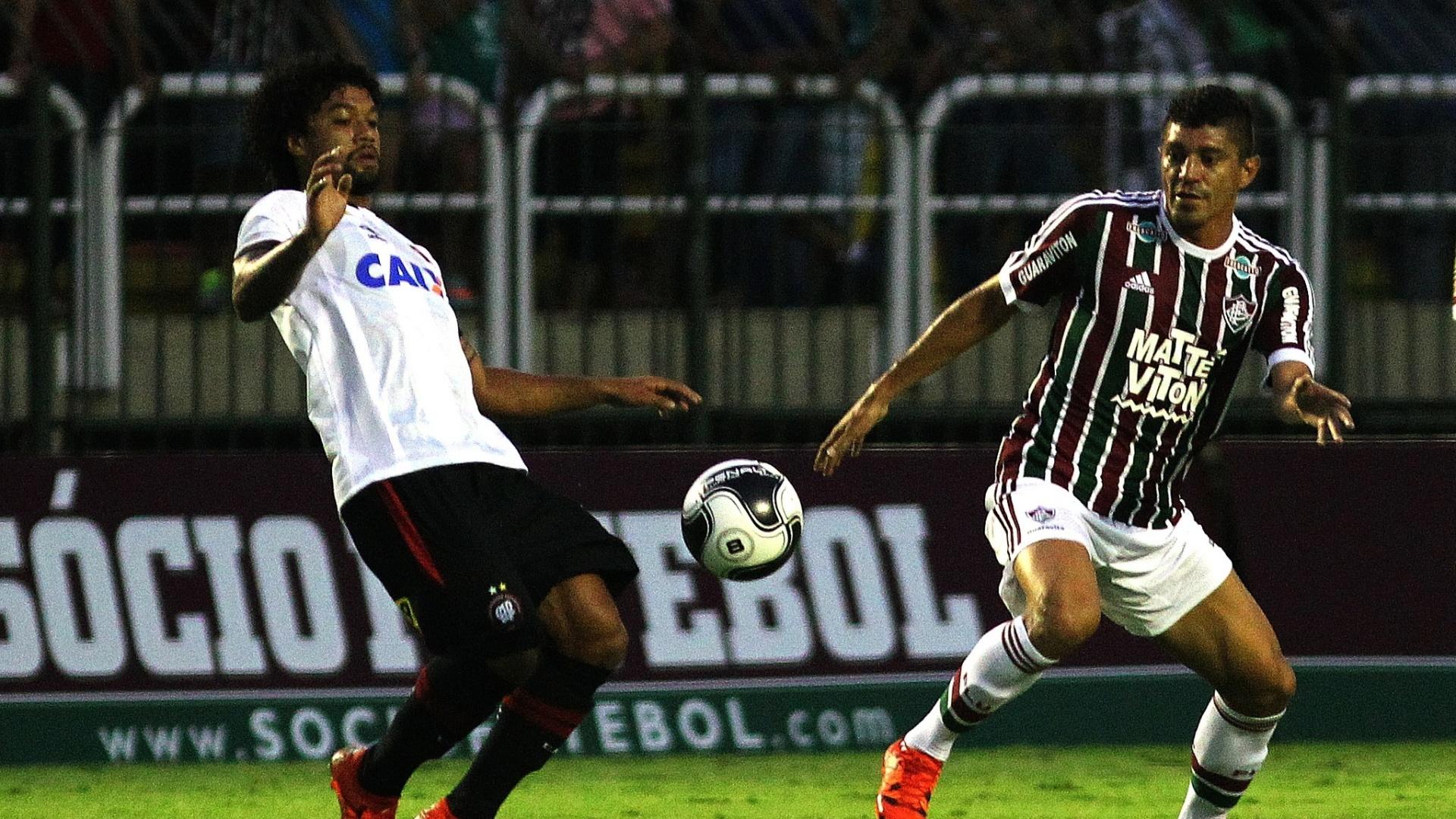Otávio disputa bola na partida do Atlético-PR contra o Fluminense, pela Primeira Liga