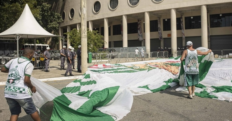 03.abril.2016 - Policia Militar vistoria bandeira da torcida organizada Savoia, do Palmeiras, na entrada para o Estádio Pacaembu