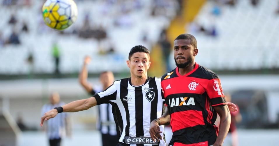Rodrigo Pimpão, do Botafogo, e Jorge, do Flamengo, disputam bola em partida na Arena Botafogo, na Ilha do Governador