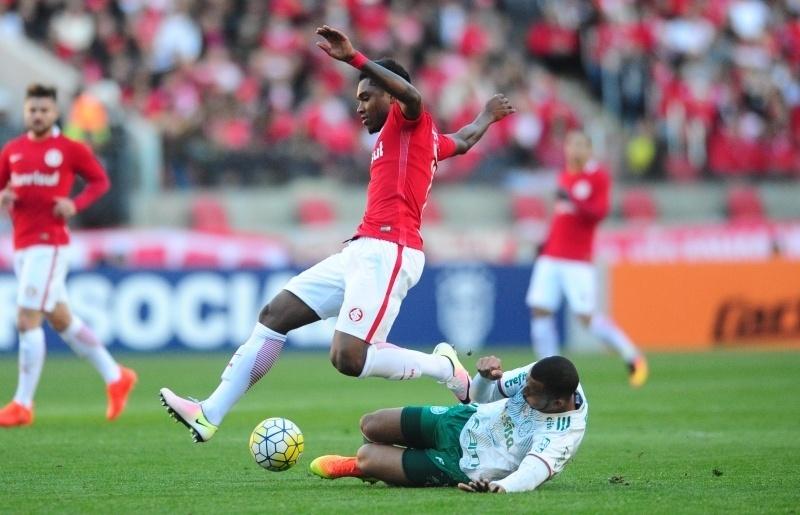 Vitinho encara a marcação de Vítor Hugo na partida Internacional x Palmeiras
