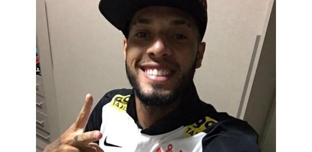 atacante causou polêmica ao posar com a camisa do Corinthians