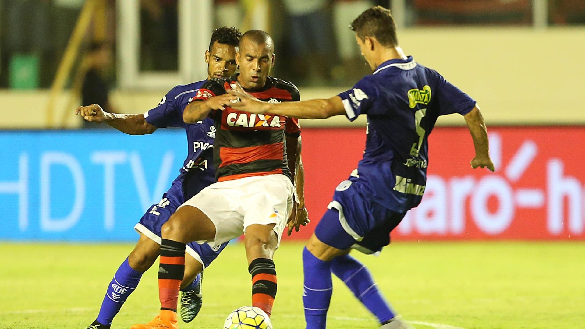 Emerson Sheik disputa bola com jogadores do Confiança pela Copa do Brasil