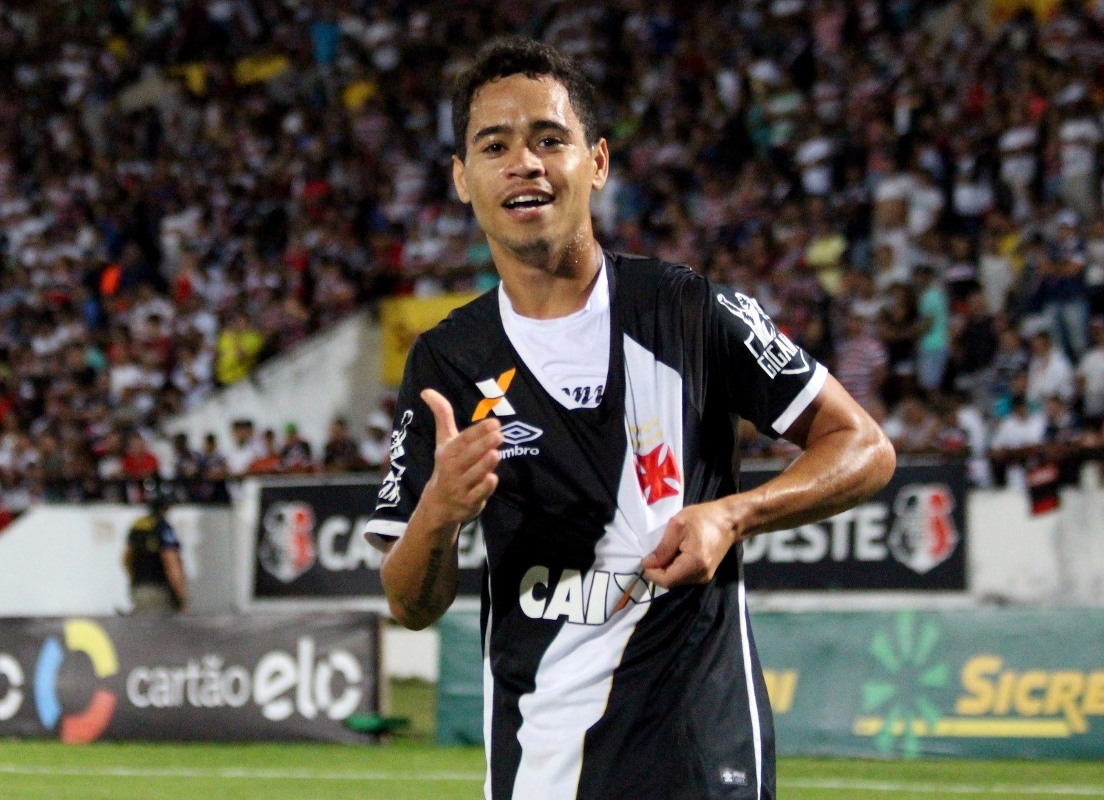Yago Pikachu comemora gol do Vasco diante do Santa Cruz
