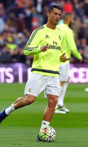 Cristiano Ronaldo, atacante do Real Madrid, faz aquecimento no Camp Nou antes do clássico contra o Barcelona