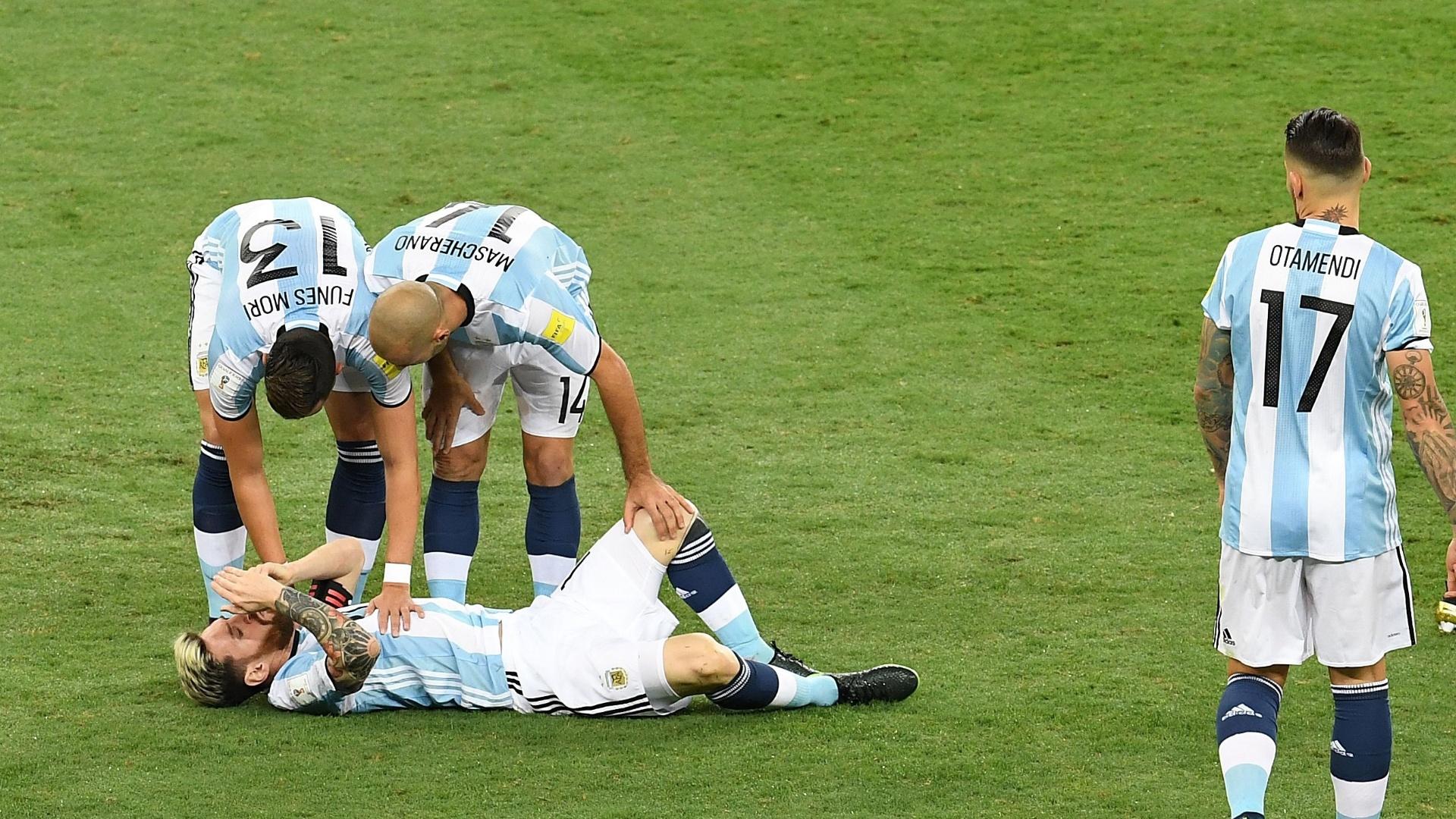 Messi cai no gramado após falta de Fernandinho