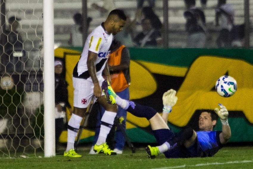 Goleiro Vagner, do Avaí, fica caído após finalização do Vasco
