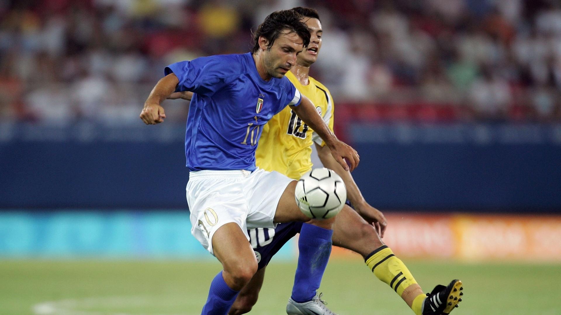 Andrea Pirlo, meia da Itália, domina a bola durante uma partida da disputa do futebol masculino nos Jogos de Atenas, em 2004