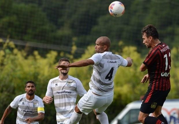 Paulo André disputa bola com jogador do J.Malucelli