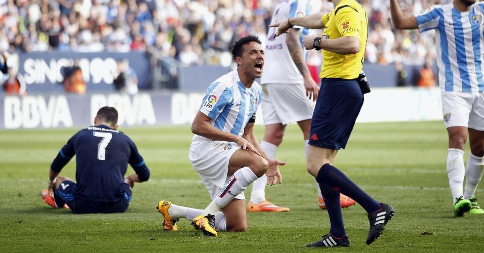 Zagueiro brasileiro Welington recebe cartão amarelo por pênalti cometido sobre Cristiano Ronaldo