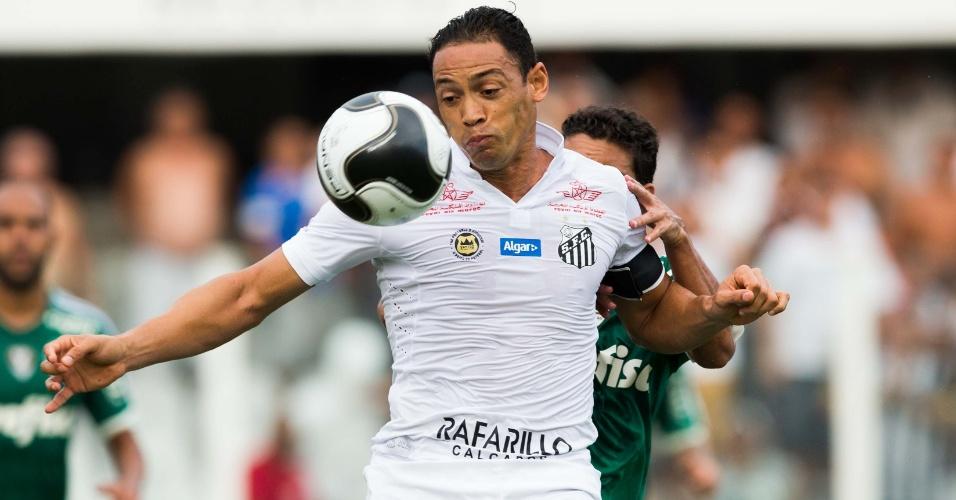 Ricardo Oliveira tenta ficar com a bola no clássico contra o Palmeiras, na semi do Paulistão