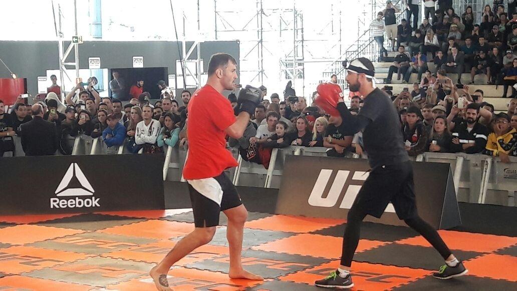 Stipe Miocic faz manoplas com seu treinador durante evento do UFC 198