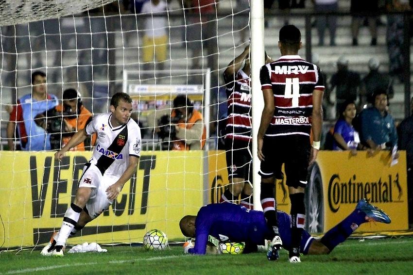 Marcelo Mattos comemora gol de Luan para o Vasco contra o Santa Cruz