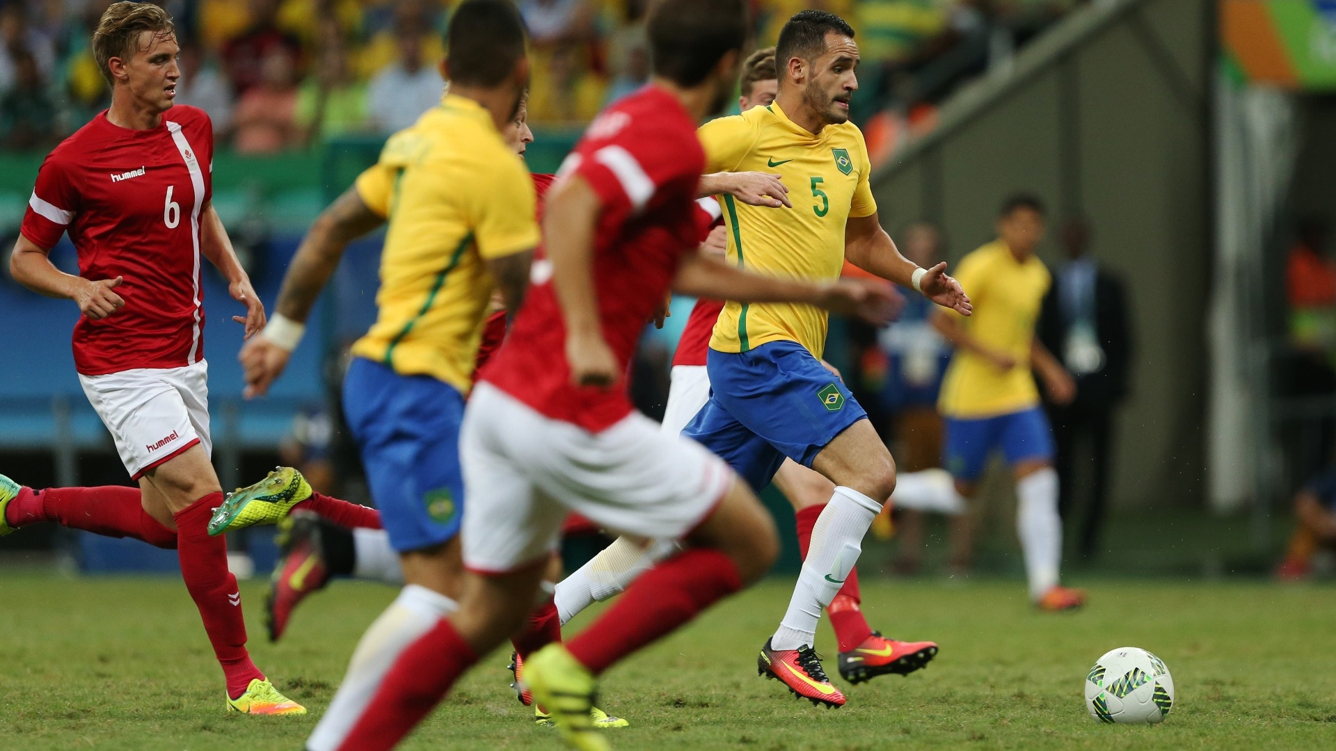 Renato Augusto em ação na Arena Fonte Nova contra a Dinamarca