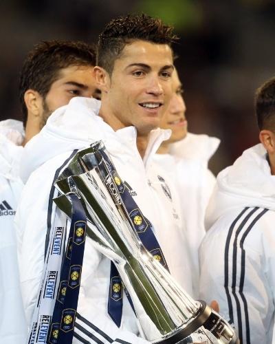 Real Madrid ganha troféu por vitória na Austrália contra o Manchester City, e Cristiano Ronaldo sai orgulhoso com ele na mão