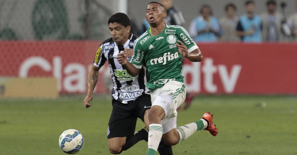 Gabriel Jesus, do Palmeiras, disputa bola com Renato, do Santos