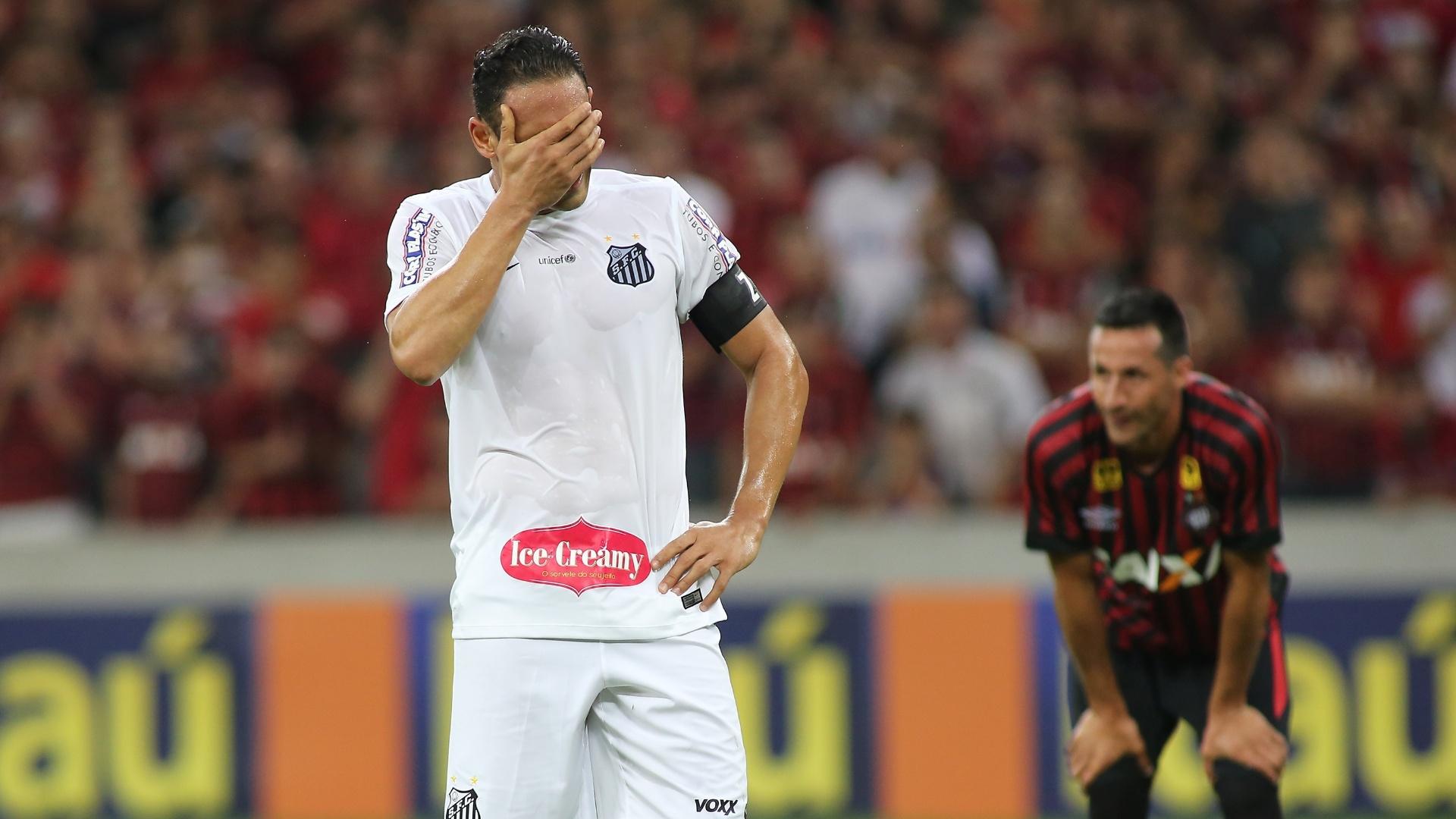 Ricardo Oliveira, do Santos, lamenta pênalti perdido em partida contra o Atlético-PR, em partida pelo Campeonato Brasileiro, neste sábado (15)