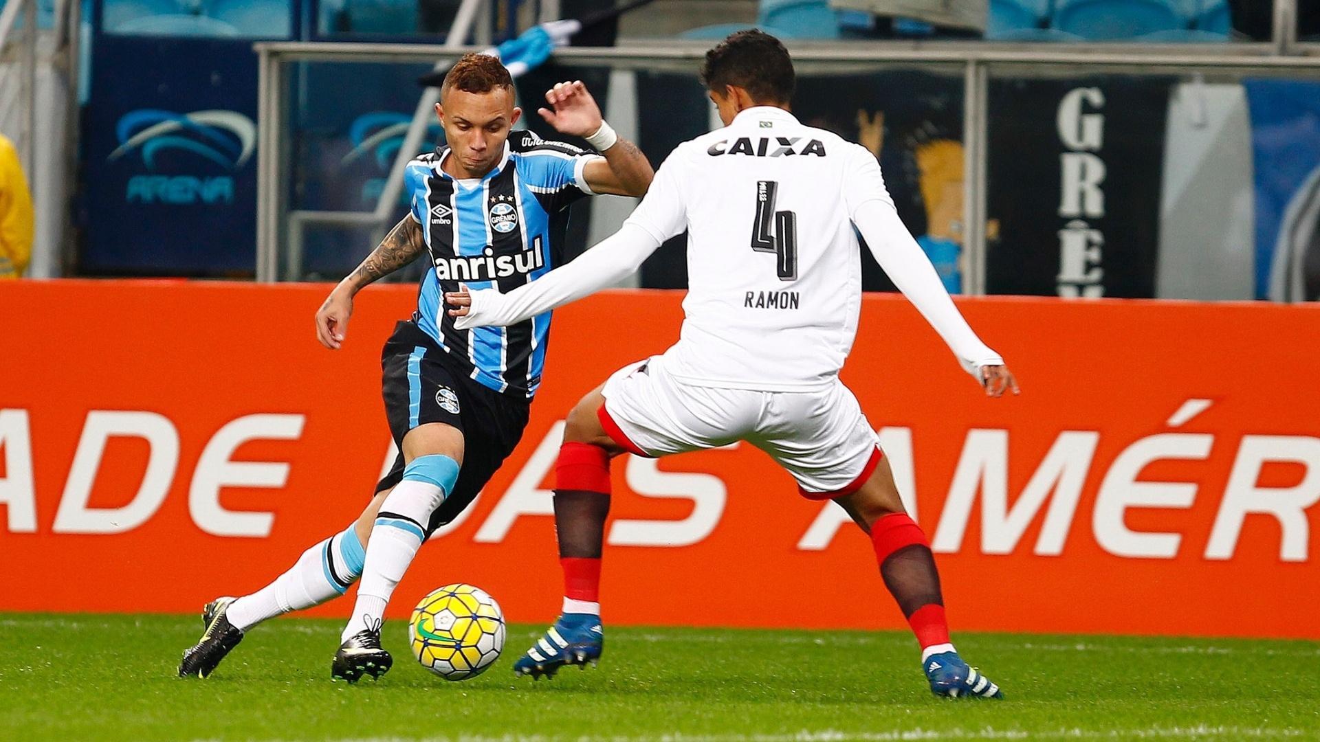 Éverton encara a marcação de Ramon na partida entre Grêmio e Vitória