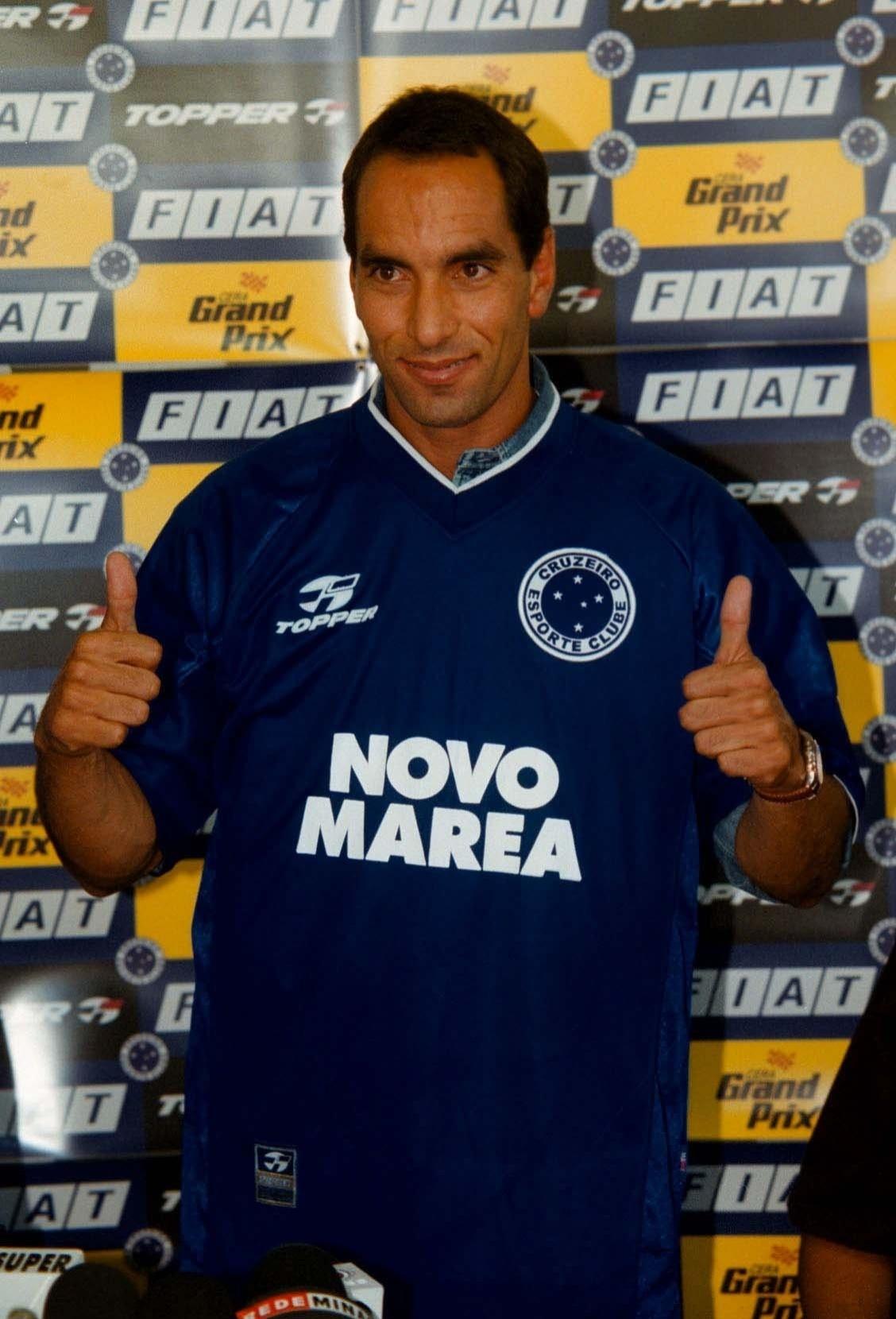 Edmundo é apresentado no Cruzeiro, na Toca da Raposa, em 2001