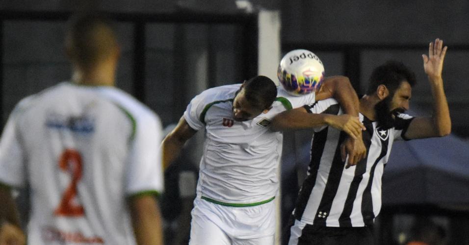 Jogadores de Botafogo e Cabofriense disputam lance durante partida do Carioca