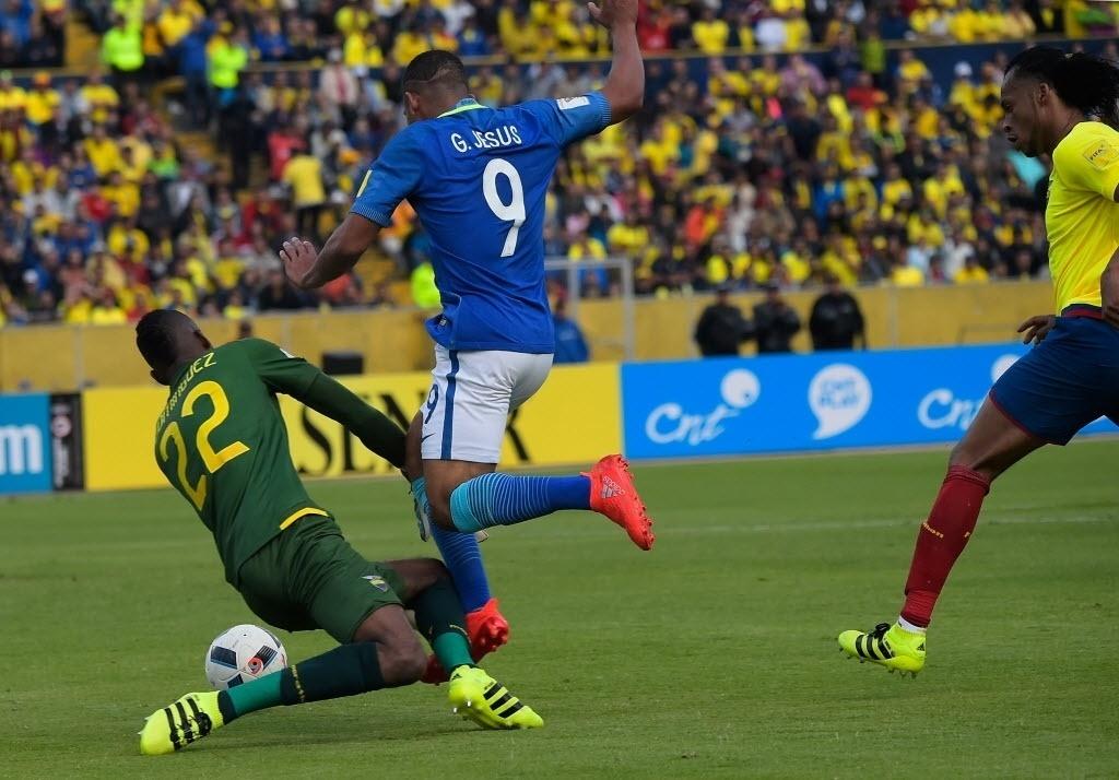 Gabriel Jesus sofre pênalti para o Brasil após roubar a bola do zagueiro do Equador pelas Eliminatórias