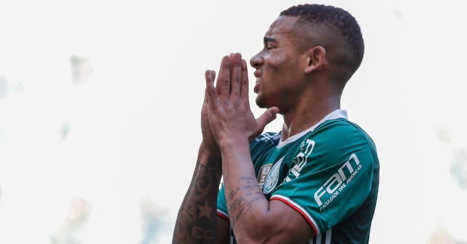Gabriel Jesus lamenta chance perdida na partida Palmeiras x Botafogo