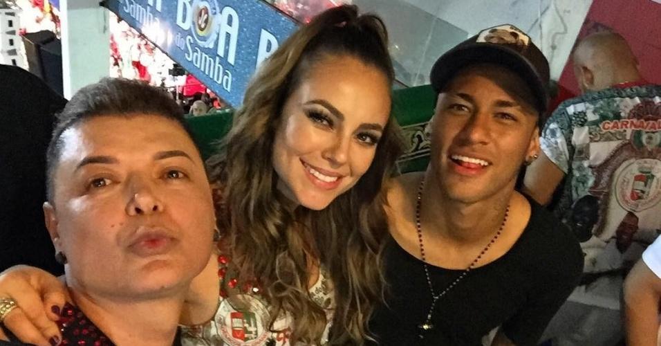 Neymar tira foto com David Brazil e a atriz Paolla Oliveira na quadra da escola de samba Grande Rio