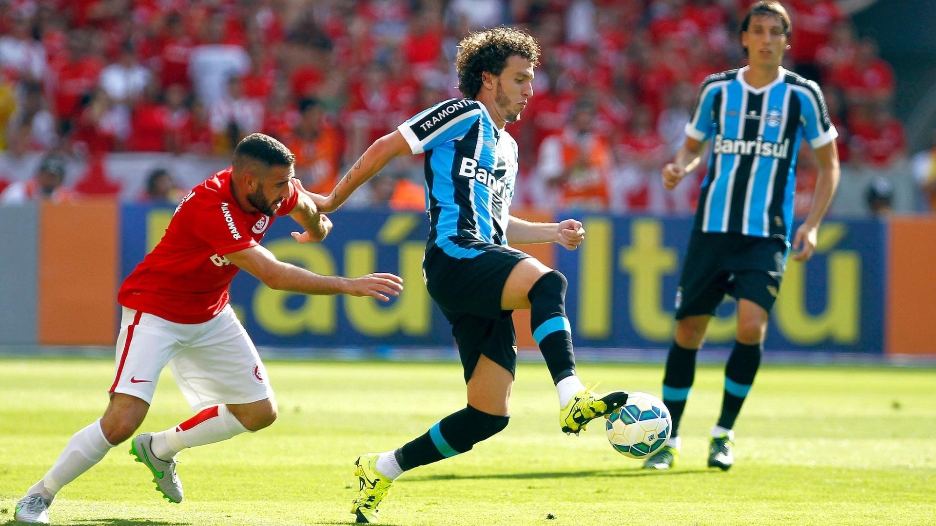 Galhardo tenta armar a jogada para o Grêmio contra o Internacional, no Brasileirão