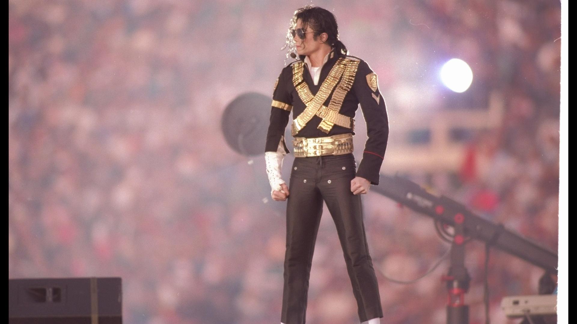 Michael Jackson se apresenta no intervalo do Super Bowl XXVII em 1993
