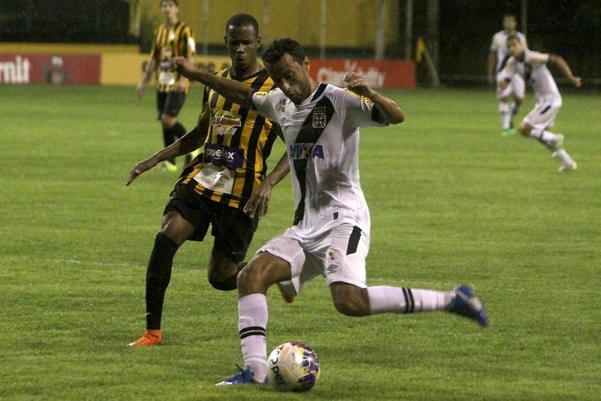 Nenê tenta fazer a jogada para o Vasco contra o Tigres
