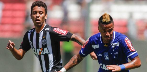 Rafael Silva, jogador do Cruzeiro, e Marcos Rocha, jogador do Atletico-MG, durante partida no Independencia