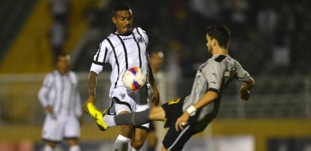 Rodrigo Pimpao tenta ficar com a bola em lance com Everton Dias