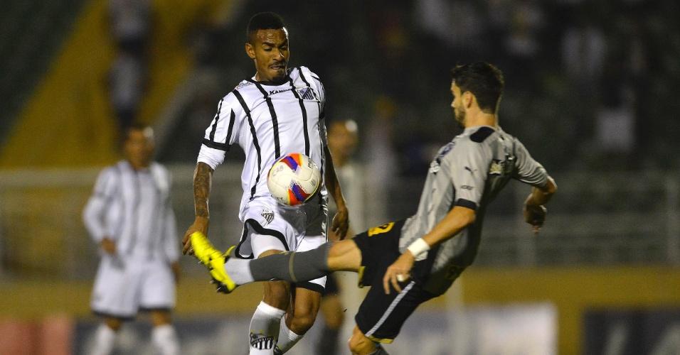 Everton Dias do Bragantino disputa lance contra Rodrigo Pimpao do Botafogo durante partida pela Série B