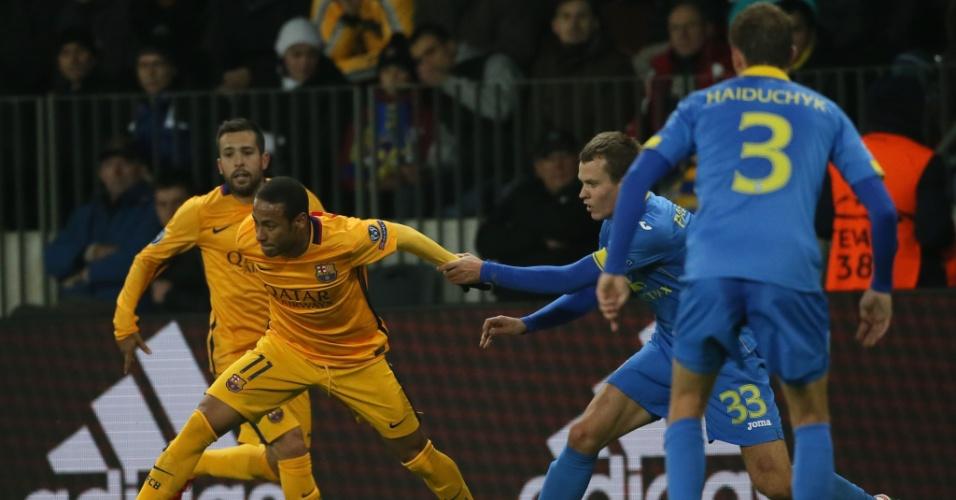 Neymar tenta se livrar da marcação na partida entre Barcelona e BATE Borisov pela Liga dos Campeões