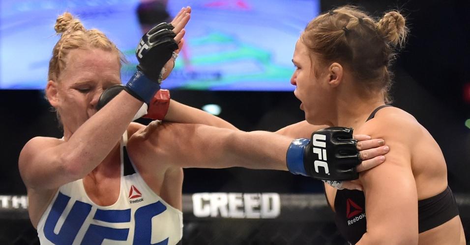 Ronda Rousey e Holly Holm trocam socos durante o UFC 193