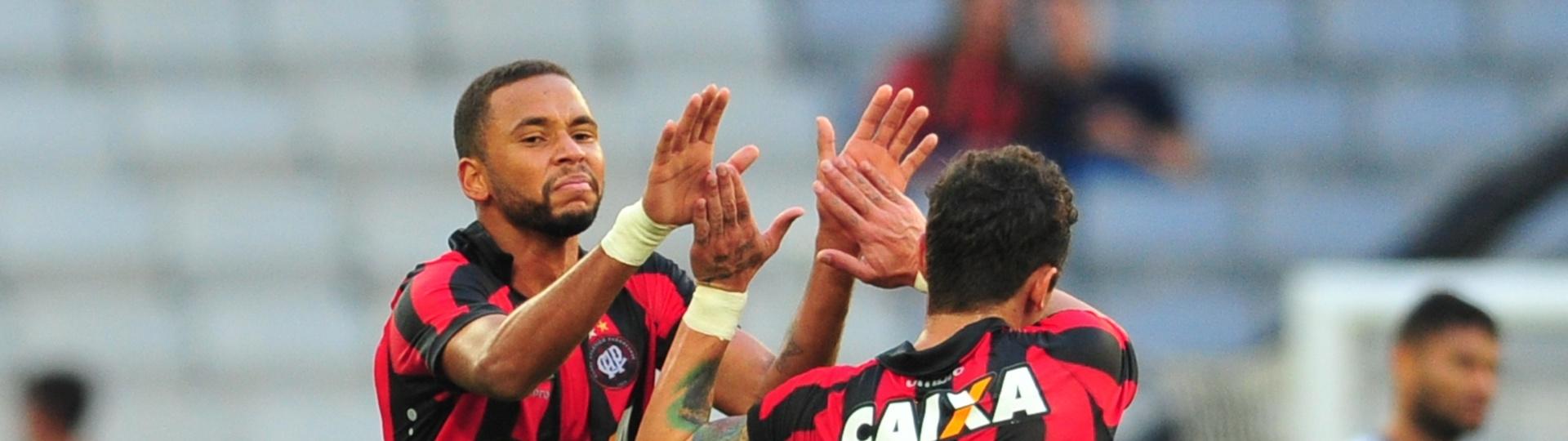 Hernani marca para o Atlético-PR contra o Fluminense