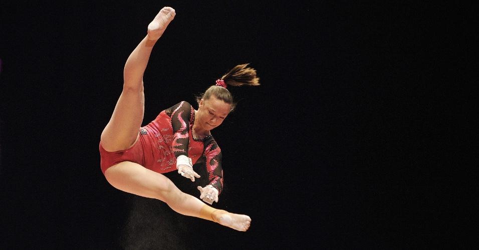 Atleta de Taiwan se exercita nas barras assimétricas