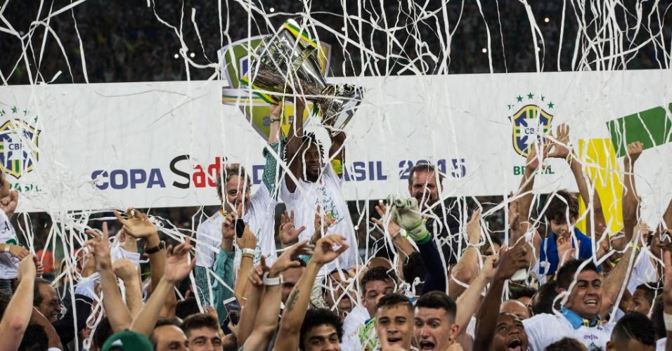 Zé Roberto levanta taça após título da Copa do Brasil