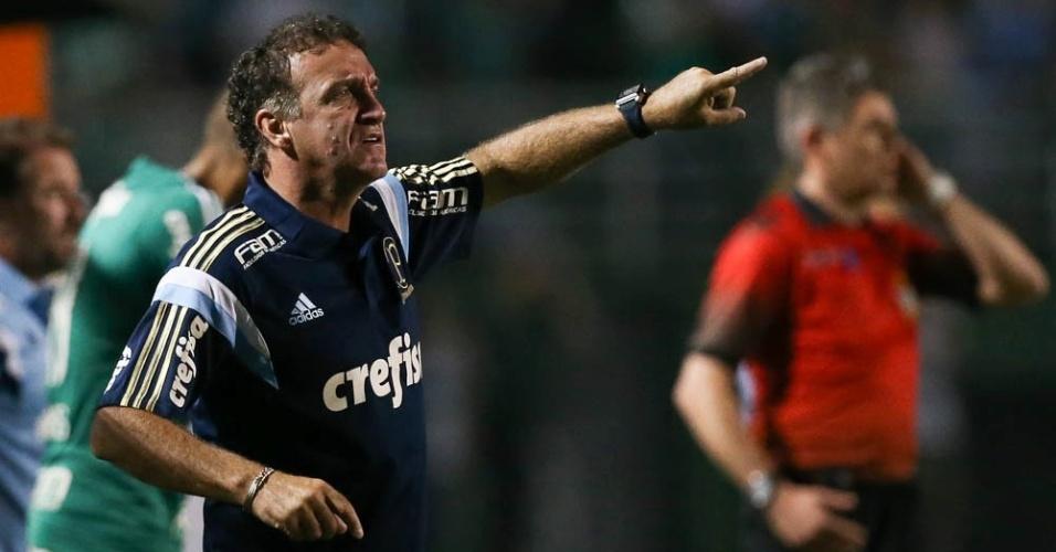 Cuca orienta os jogadores do Palmeiras durante a vitória sobre o Rio Claro