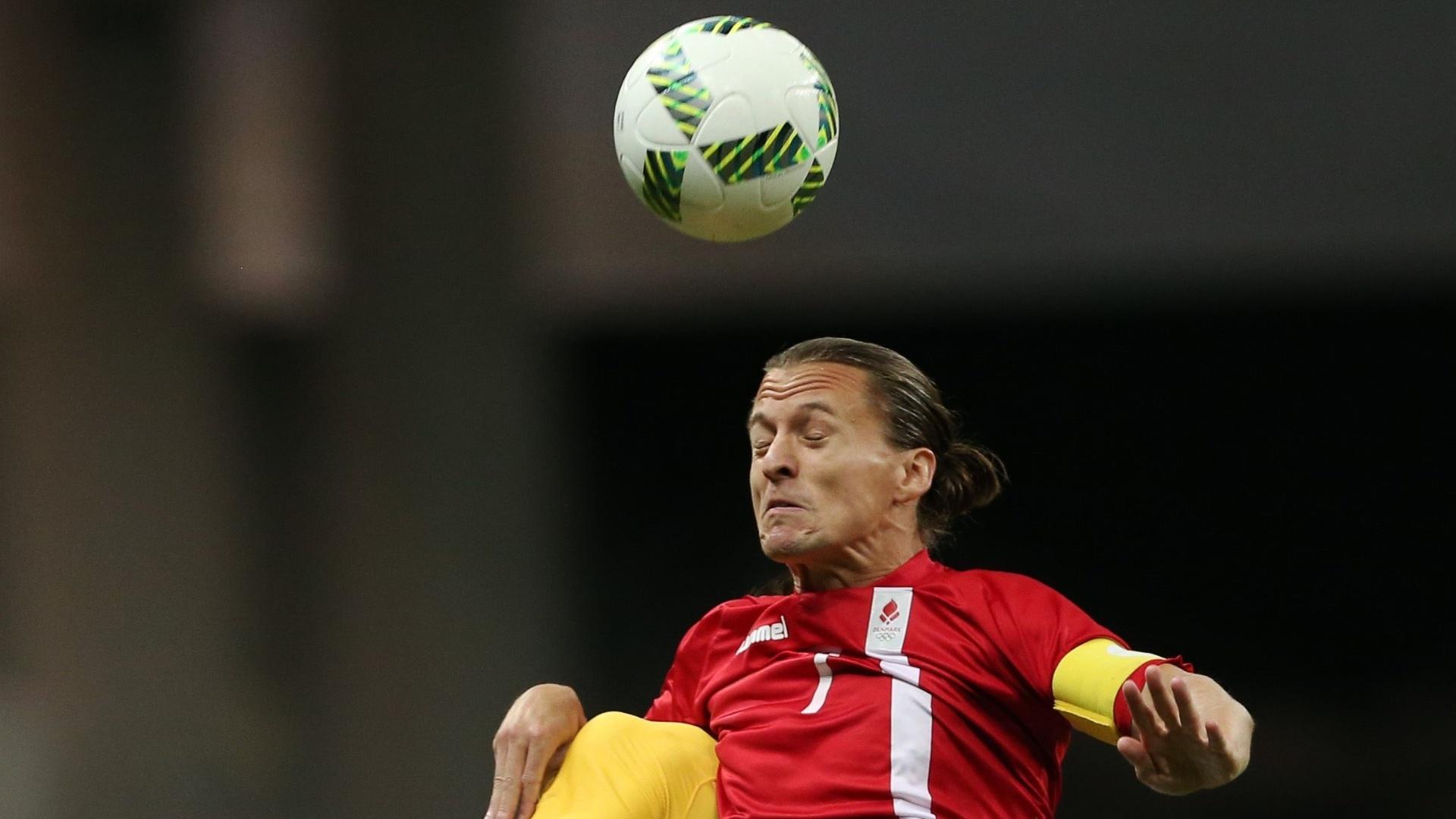Zeca e o dinamarquês Lasse Vibe dividem o lance