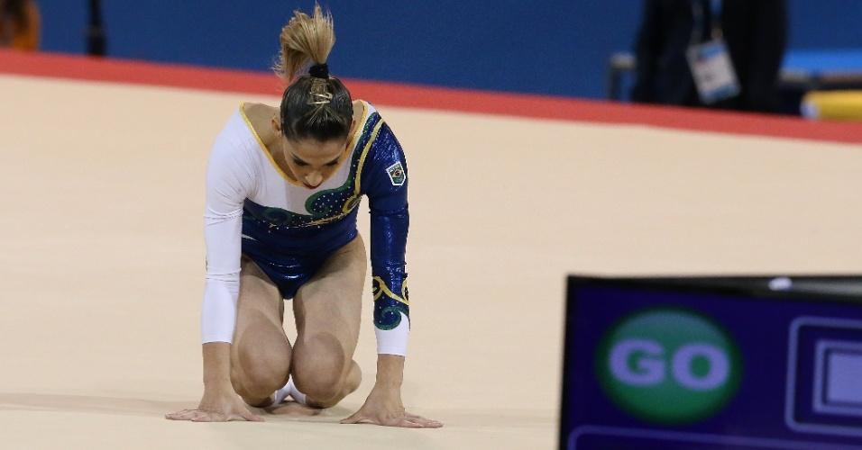 Daniele Hypólito cai durante a apresentação na final do solo. Brasileira terminou na oitava colocação