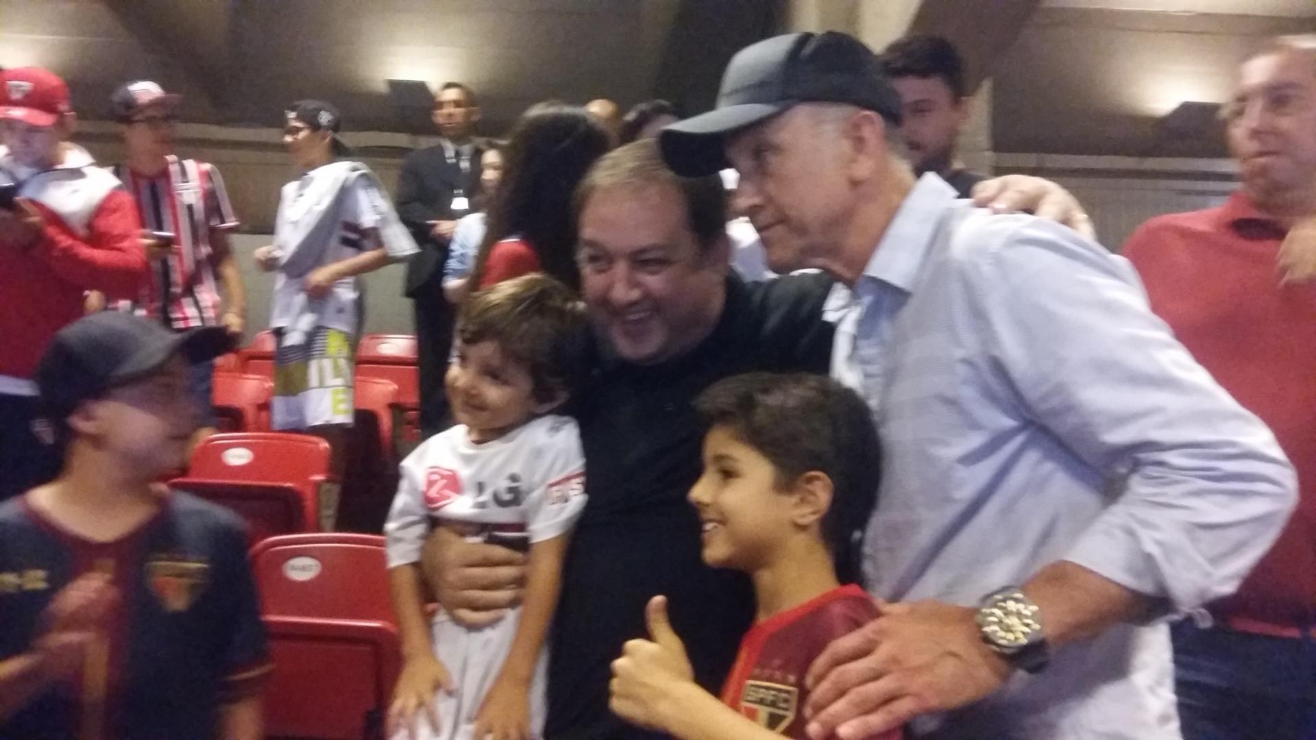 Juan Carlos Osorio posa ao lado de torcedores no Morumbi durante confronto entre São Paulo e Atlético-MG