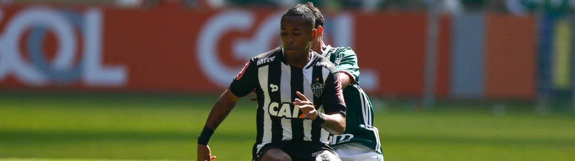 Robinho tenta escapar da marcação de Jean na partida entre Palmeiras e Atlético-MG