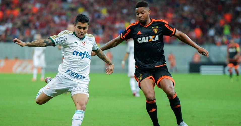 Dudu (esq.), do Palmeiras, disputa bola com André, do Sport, durante partida neste domingo (12), pelo Campeonato Brasileiro
