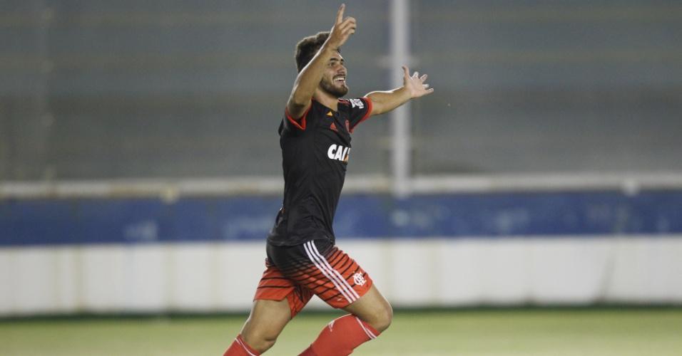 O atacante Felipe Vizeu comemora o primeiro gol como profissional do Flamengo
