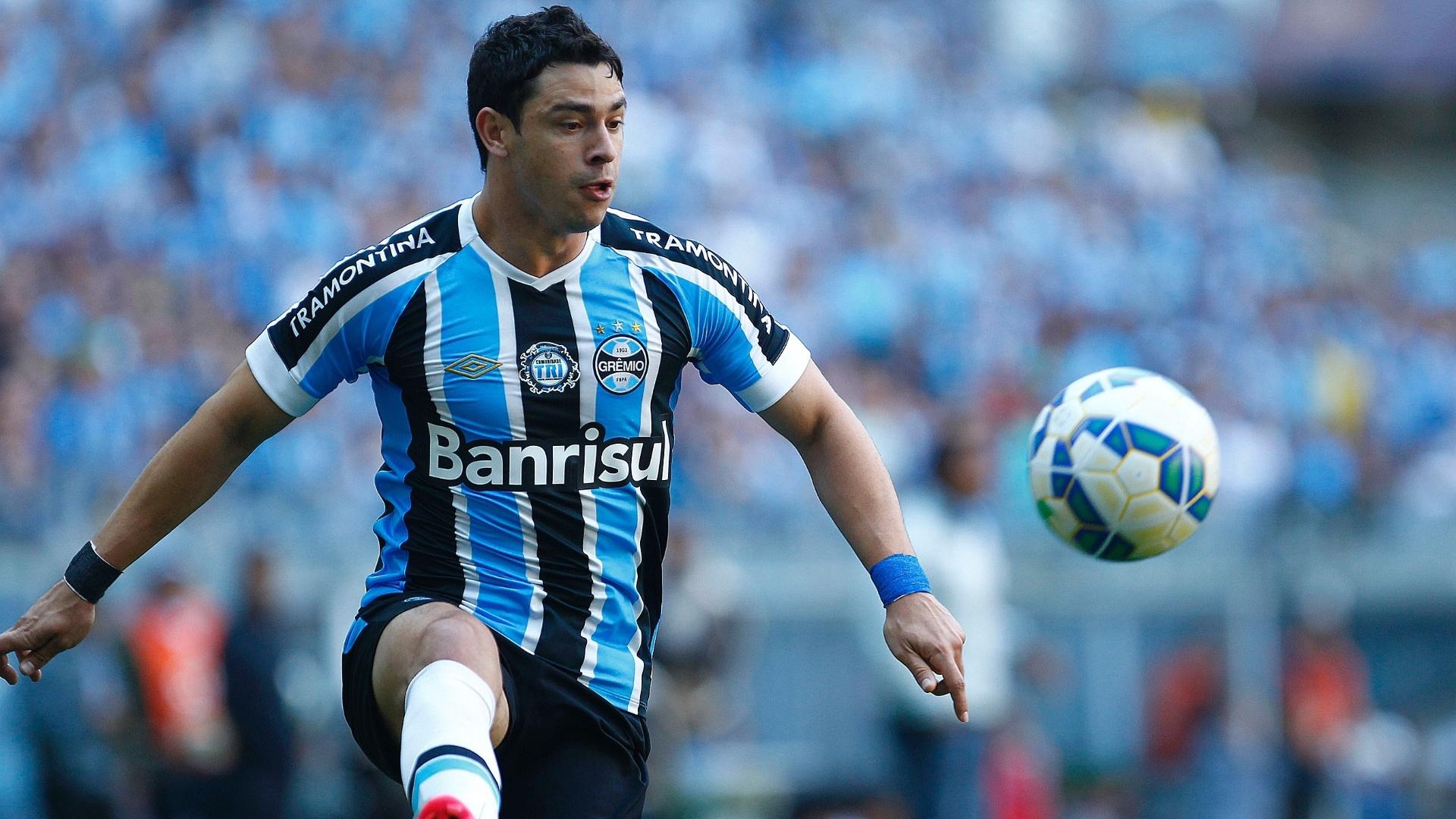 Giuliano domina a bola durante a partida entre Grêmio e São Paulo