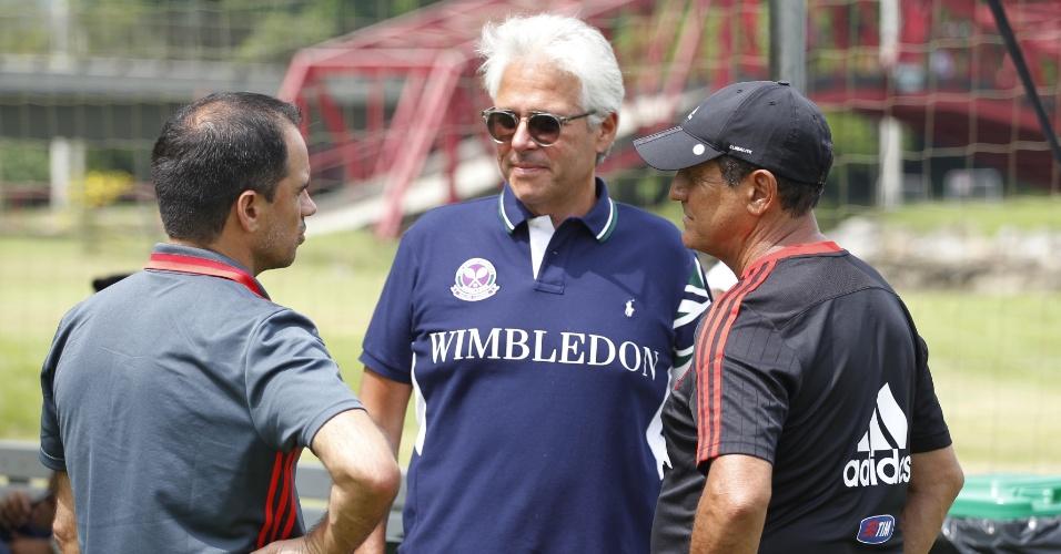 Flávio Godinho (frente) conversa com Rodrigo Caetano e Muricy Ramalho no Flamengo