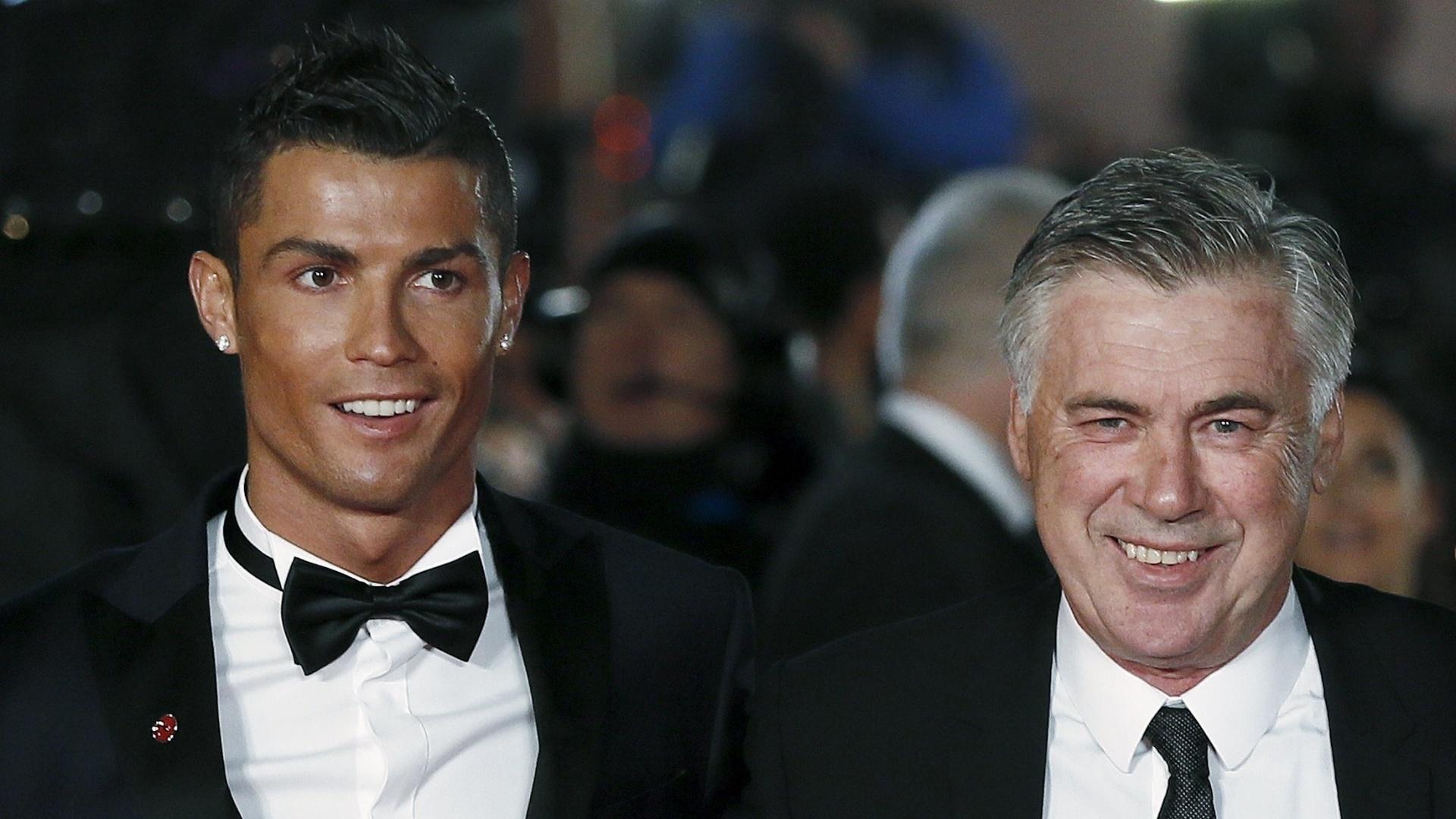 Carlo Ancelotti, treinador italiano, posa ao lado do ex-comandado. Juntos, levaram o título da Liga dos Campeões pelo Real Madrid